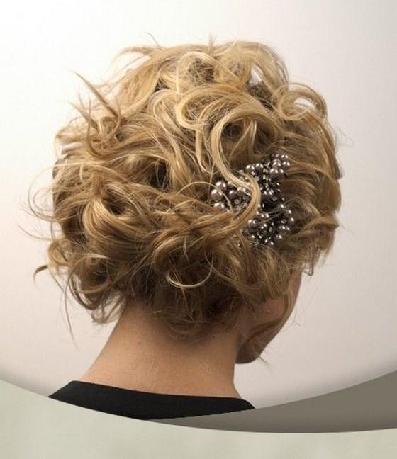 cabello crespo con accesorios