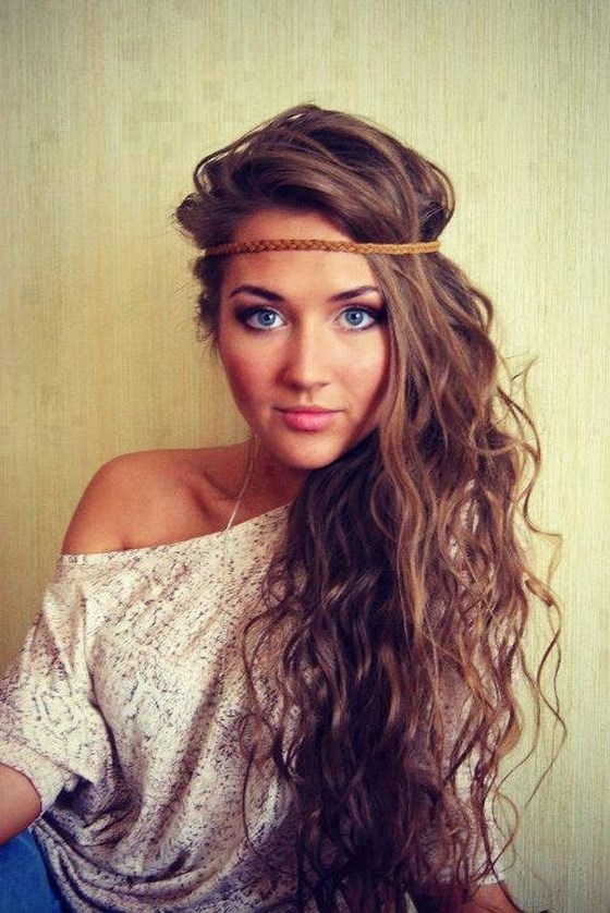 curly hairstyle with accesories