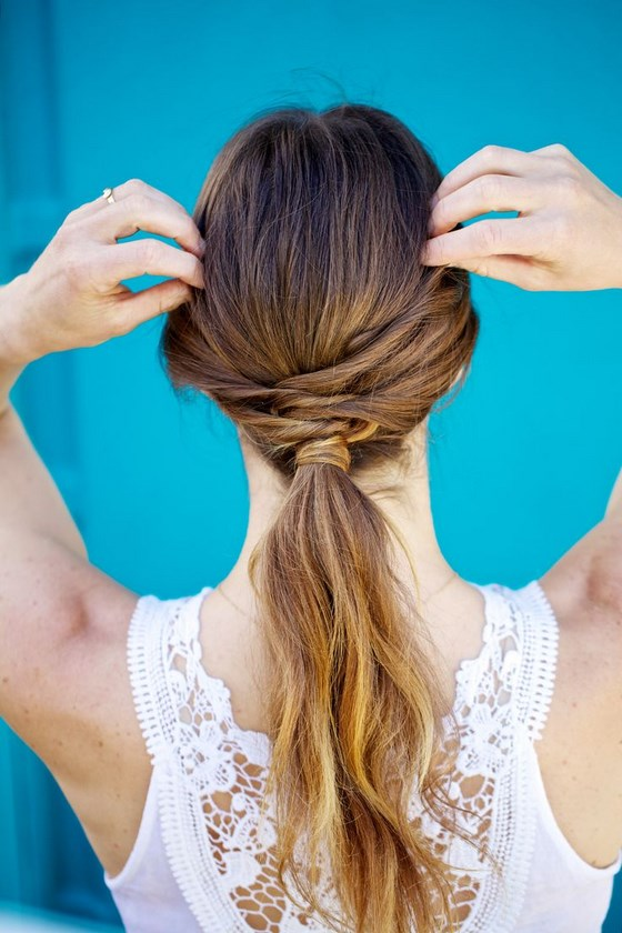 un hermoso y sencillo peinado semirecogido