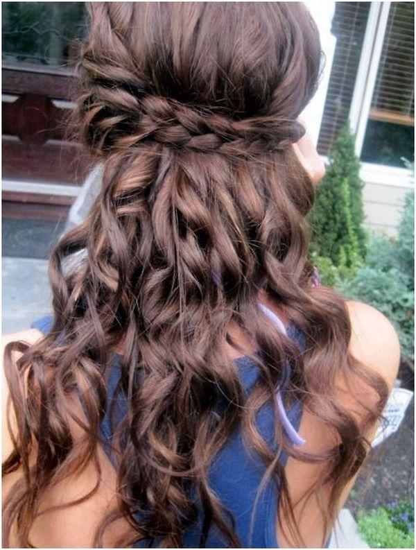 cabello ondulado con trenzas alrededor