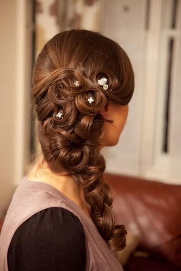 cabello trenzado con accesorios para cara redonda